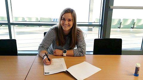 Hege Hansen signerer kontrakten som gjør henne til Klepp-spiller for tredje gang.