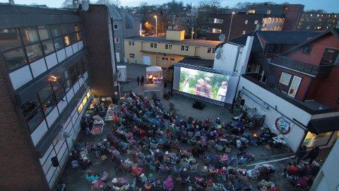 Mange møtte fram då kinosjefen inviterte til film i bakgarden til gamle Eiden ved Bryne torg.