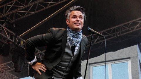 Janove Ottesen fremfører sanger fra hans nyeste album på hjemmebane på Mellombels i Bryne sentrum.