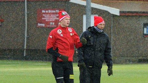 Erling Braut Håland (t.v.) og trener Ole Hjelmhaug på en våt trening for noen uker siden.