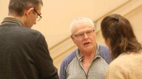 Sven Hauge nytta sjansen til å ta ein prat med prosjektleiar Bjørn Åmdal (t.v.) og eigedomsmedarbeidar Lene Gjesdal etter tirsdagens folkemøte på Tu skule.