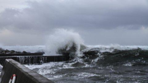 """Ekstremværet """"Vidar"""" fører med seg store bølger og mye vind på Obrestad hamn i dag."""