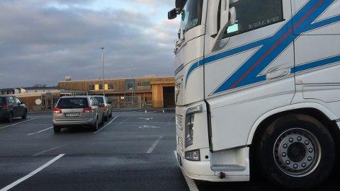 Ofte, også når barnehagen er open, står store kjøretøy parkerte ved Motlandsmarka barnehage på Nærbø. Foreldre fryktar at ei ulukke skal skje.