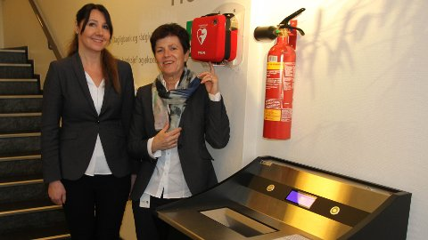 Elin Haugland Vestly og June Kristin Lima jobber i Jæren sparebank som er en av to banker på Jæren som fortsatt tilbyr valutaveksling.
