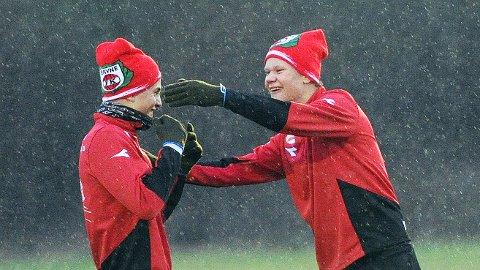 Erling Braut Håland (til høyre) tøyser med søskenbarn Jonatan Braut Brunes på en våt Bryne-trening denne uka.