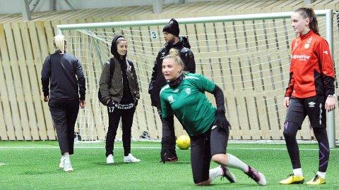 Klepp reiste til Tjelta for å kjøre fysisk test. Fra venstre ser vi Karoline Surdal (med ryggen til), nykommer Venera Rexhi, trener Olli Harder, nykommer Ina Kristoffersen og nykommer Elisabeth Terland.
