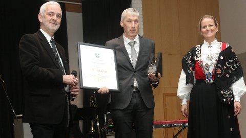 Utvalgsleder Arild Børge Skjæveland (til venstre) og ordfører Ane Mari Braut Nese stod i fellesskap for utdelingen av Klepp kommunes kulturpris til Tu skulekorps, ved styreleder Trond Hodne.