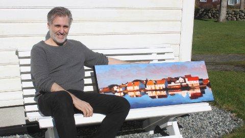 Brian Wallace er oppvaksen i USA, men har budd i Haugesund i over 20 år. Her er han på Kleppe med eitt av bilda han skal stilla ut.