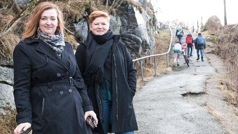 Kitti Verdal (t.v.) og Ramona Melkevik håper på støtte frå både foreldre og lokalt næringsliv for å få oppgradert Skulebakken ved Bore skule.