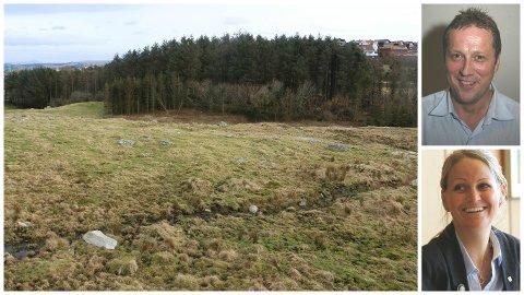 Klepp kan få lov til å bygge skole på det steinete beitet like ved Kleppeloen. Hovedutvalgsleder Einar Erga og ordfører Ane Mari Braut Nese er fornøyd. (Arkivfoto)