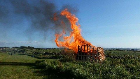 På Kleppevarden er det tradisjon å brenne bål på jonsok. Bålet står høgt og fritt.