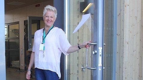 Rektor Elsa Djuve Jerstad ved Bryne ungdomsskule ønsker velkommen inn til nye omgivelser.