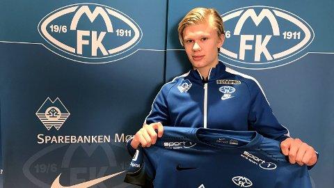 Erling Braut Håland forografert da han ble Molde-spiller tidligere i vinter.