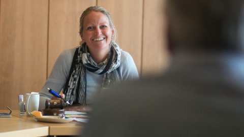 Klepp-ordførar Ane Mari Braut Nese var nøgd med kompromisset som gav 200.000 kroner til surfe-EM. Ho sit sjølv i hovudkomiteen for arrangementet, mellom anna saman med kronprins Haakon.