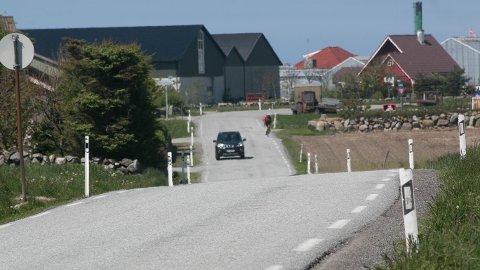 Gang- og sykkelvegen skal gå på vestsida av Nordsjøvegen (altså til på venstre side av vegen på bildet), og går gjennom jordbruksjord og tett på hus. Her frå Vik.