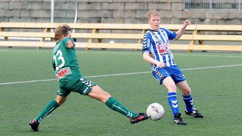 Varhaugs Jakob Lye Skretting (t.v.) i duell med Nærbøs Erlend Kvia da lagene møtte hverandre i Nye Loen i september i fjor. Nærbø vant 3-2.