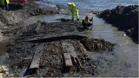 21. juni i fjor blei hele vrakdelen på 10x3 meter gravet fram og undersøkt. Nå skal vraket hentes opp fra sanden.