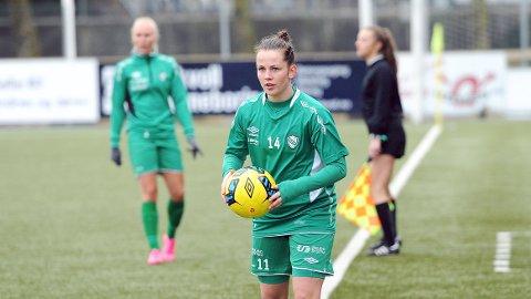 Tuva Hansen er Klepps nye kaptein. I bakgrunnen Maria Thorisdottir, som er ny visekaptein. Linjedommeren er Thea Daltveit fra Bryne.