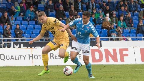 Marius Lode i duell med Sandnes Ulfs Kjell Rune Sellin, lørdag 13. mai på Sandnes stadion. Der ble det 3-0-tap for Lode og Glimt.