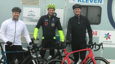 Robin Mek Halsebakk (i midten) sykler fra Lindesnes til Nordkapp. Ketil Solvik-Olsen er med på én etappe med sin røde (!) sykkel. Til venstre Martin Davidsen, som har syklet sammen med Halsebakk fra Flekkefjord.