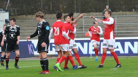 Robert Undheim (f.v.), Kristian Heimdal Magnusson, Aram Khalili og Bjarne Langeland feirer 1-0-scoringen. I bakgrunnen Mads Bøgild. Vidar-spillerne er Jarle Madland (t.v.) og Sanel Bojadzic, som begge meldte overgang fra Klepp i vinter.