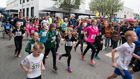 Mye publikum rundt den fem kilometer lange løypa gir en fin ramme for løperne.