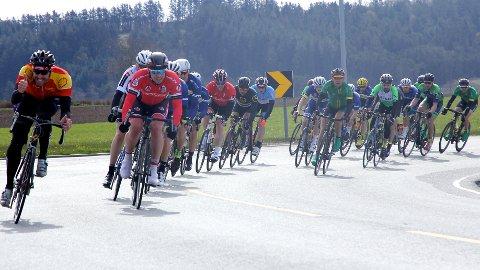 En Bryne-rytter som nummer to fra venstre, og til høyre i bildet er det flere Nærbø-syklister som henger med i svingen ved Voll. Rundt 15 km gjenstår av rittet herfra.