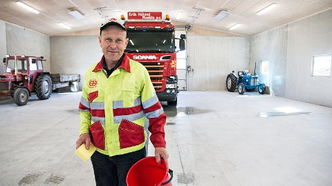 Ingar Kvia kosar seg når han får vaske lastebilen og traktorane innandørs.