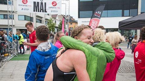 Lotte Miller får en god seiersklem fra venninnen Elin Prestegård.