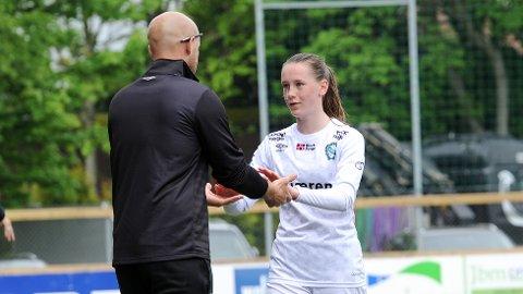 Elisabeth Terland har taklet overgangen fra guttefotball i Bryne til toppseriefotball i Klepp med glans. Trener Olli Harder (med ryggen til) vil ikke miste henne i to seriekamper til.