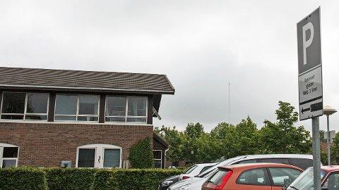 Ved gjesteparkeringen til Sivdamsenteret har det til nå kun vært tillatt å stå på samme parkeringsplass i tre timer.