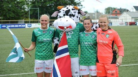Klepp-spillerne Maria Thorisdottir, Tuva Hansen og Maria Hove Bogstad skal representere Norge i årets EM. Her heier Klepp-maskotten jentene frem.
