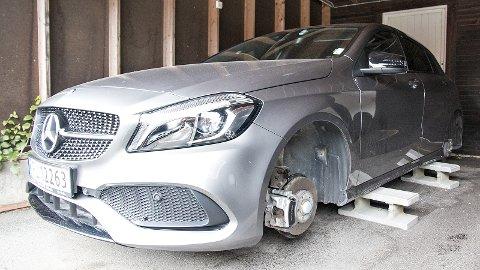 Slik så Mercedes-en ut etter at tyvene hadde tatt med seg alle fire hjulene.