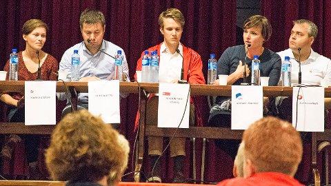 Politikarar frå åtte parti fekk vist seg fram i Nærbø samfunnshus. Her ser me Solfrid Lerbrekk (SV), Geir Pollestad (Sp), Torstein Tvedt Solberg (Ap), Margret Hagerup (H) og Roy Steffensen (Frp).