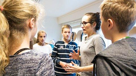 Kajsa Braut (t.v.), Mina Erga, Olav Friestad og Torjus Gausland følgjer godt med når Ann-Therese Aasen instruerer.