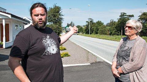 Ifølgje Hans Berge Stokkeland og Edith Irene Kristensen er det tidvis livsfarleg å krysse fylkesveg 44 ved Ogna. Nå ønskjer dei seg fartshumpar eller fotoboksar.