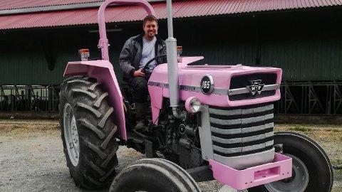 Da Ingve Berntsen ble Årets unge bonde lovte han å male traktoren hans rosa. Det løftet har han holdt.