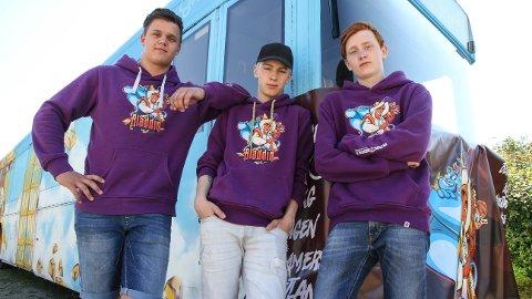 Andreas Bersagel (18), Sølve Bendiksen og Steffen Hinna (17), er tre av 20 gutter som skal rulle rundt i russetiden.