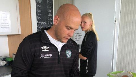 Klepp-trener Olli Harder vil at Maria Thorisdottir (bak) skal spille for Klepp ut sesongen. Spilleren vil helst til Arsenal med en gang.