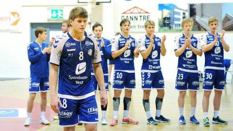 Andreas Horst Haugseng ble fullt fortjent kåret til Nærbøs beste spiller. Bak applauderer Henning Lea Knutsen (f.v.), Ole Nærland, Sondre Steen-Hansen, Tord Haugseng, Rassin Haugseng, Preben Nord-Varhaug og John Thue.