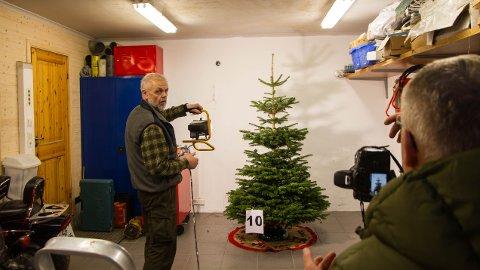 Fotograf Arne Pedersen (t.h) instruerer og Jarle Goa styrer lyset. Ingenting overlates til tilfeldighetene når Rogalands vakreste juletrær skal fotograferes.