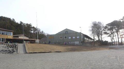 Fløya Sørigarden (midt i bildet) skal rivast. I staden skal Bore skule få ei ny fløy. Prosjektet inneheld også ny idrettshall, oppgradering av uteområdet og parkeringshus.