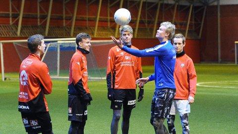 Erling Braut Håland (i blått) koser seg med fotballek i Jærhallen sammen med Ola Johannes Elvedahl (f.v.), Adrian Berntsen, Andreas Ueland og Marcus Risa Ouff.