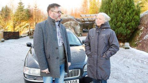 Beboerne langs fylkesveg 44 på Ogna forstår ikke hvordan Hå kommune kan være uenig i Statens vegvesens anbefalinger om fartshumper gjennom sentrum. F.v: Rune Grinde Pedersen og Anne Øyri.