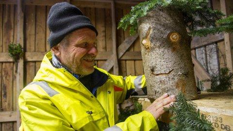 Paul Kyllingstad har innredet en «julestue» i Njåskogen med selvlaget pynt.