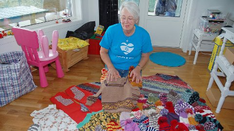 – Det skapes en glede i meg når jeg kan strikke til de fattige, sier Inger Lovise Djøseland. Denne haugen med strikkevarer leverte hun nylig til mennesker i Ukraina.