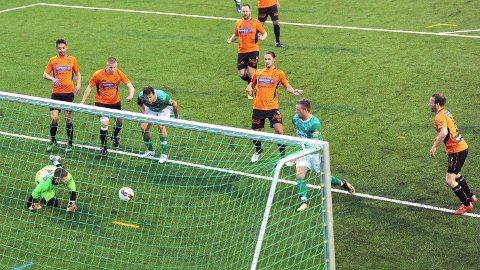 Bildet er fra kampen mellom Rosseland og Klepp i september, som endte 1-1. Her er det rett før Klepps Sven André Kyvik (i grønt til høyre) sørger for 0-1 til Klepp. Lagkamerat Ronny S. Egelandsdal følger spent med. Rosselands keeper, Dino Milesevic, er utspilt, og Eirik Monsen (f.v.), Even Sel, Per Haugland, Ola Selliken og Jan Rune Hoff kan lite gjøre. De to lagene møtes dessverre ikke i 2018, med forbehold om at Rosselands klage tas til følge.