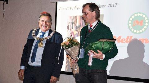 Ordfører Reinert Kverneland hadde blant annet med et unikt Time-slips til Mellombels-general Bjørn Hagerup Røken.