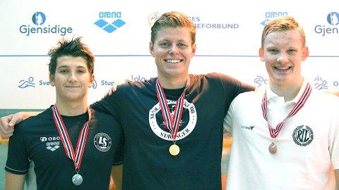 Gullvinner Erik Årsland Gidskehaug flankert av sølvvinner Patrick Toth (t.v.) og bronsevinner Arne Halvor Borgstrøm. Jon Jøntvedt (14) fra Bryne Symjeklubb var finalens yngste, og svømte inn til sterk fjerdeplass.