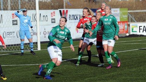 Hege Hansen (f.v.), Hanne Kogstad og McKenzie Berryhill måtte se seg slått av Arna-Bjørnar i sesongåpningen.